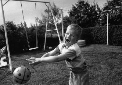 Bernd spielt im Garten mit dem Ball