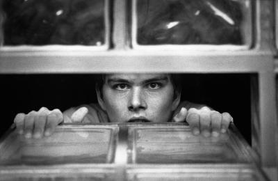 Andreas schaut entrückt aus dem Kellerfenster