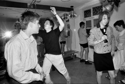 Ausgiebig tanzt Andreas zur Disko-Musik