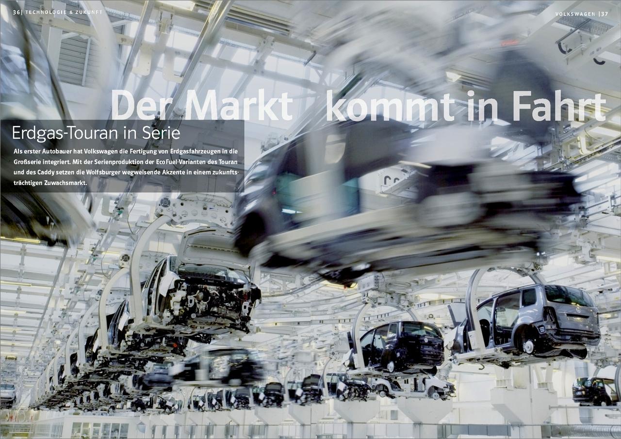 Im Wolfsburger VW-Werk schweben fast fertige Touran Fahrzeuge zur Endmontage. Erstmals werden hier auch einzelne Erdgasfahrzeuge auf dem konventionellen FlieÃband mit produziert