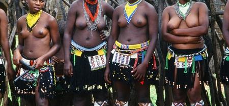 Frauen vor dem traditionellen Tanz