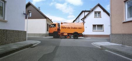 Fahrzeug der Stadtreinigung fährt durch die Gassen von Oggersheim