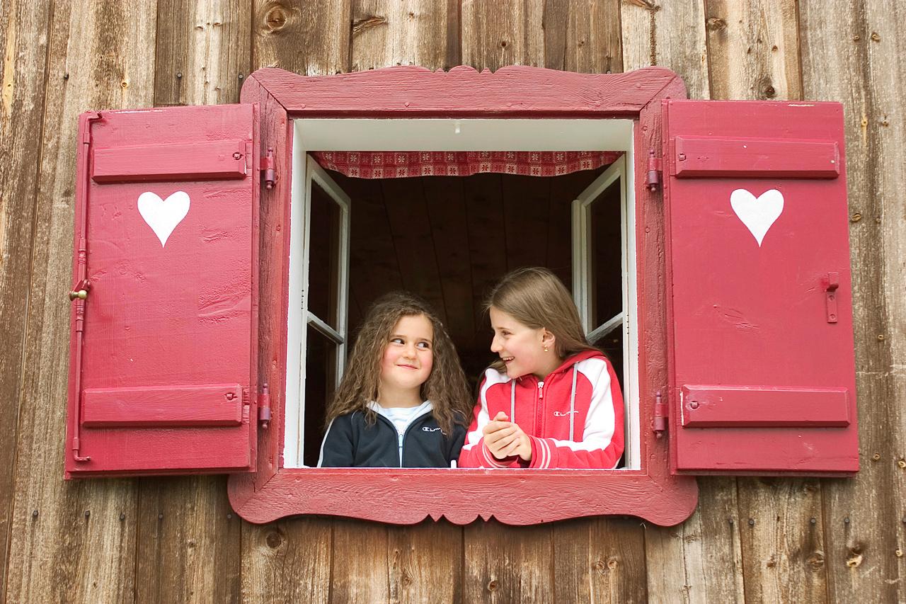 Kinder in einer Berghütte
