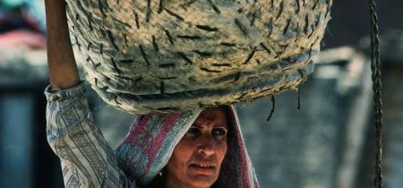 Eine Zabblin Frau liefert einem Händler Papier an