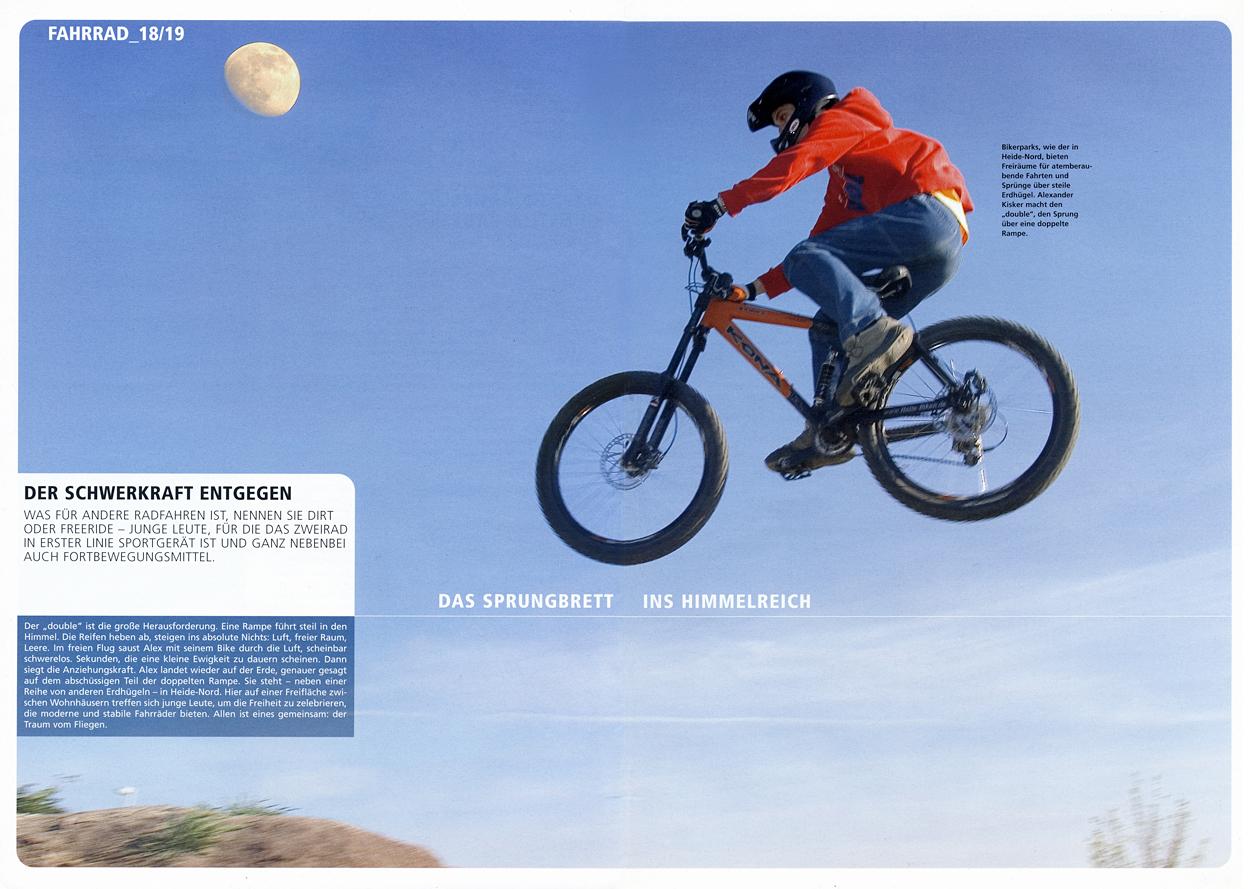 Biker fliegen über die Halfpipe