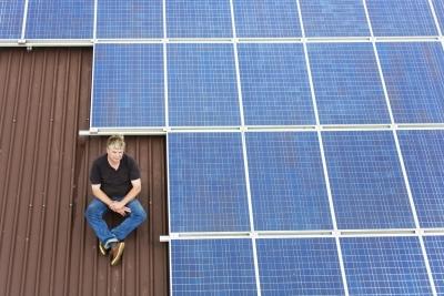 Landwirt mit seiner Solaranlage