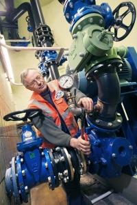 Tief unter der Erde repariert ein Monteur der Stadtwerke Buxtehude eine Pumpe für die Wasserversorgung